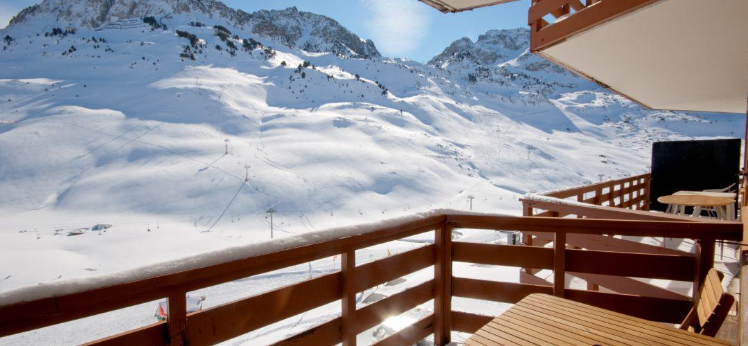 Vue du balcon d'une chambre bain de l'Hôtel La Mandia à La Mongie au sein du domaine skiable du Grand Tourmalet, dans les Pyrénées.